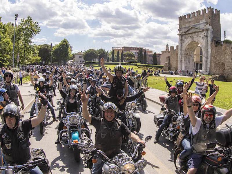 Reunion Rimini: sull'Adriatico rombano i motori di moto e auto americane.