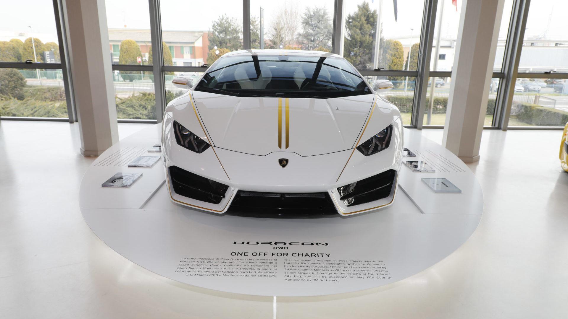 Esposizione Lamborghini Huracán RWD donata a Papa Francesco