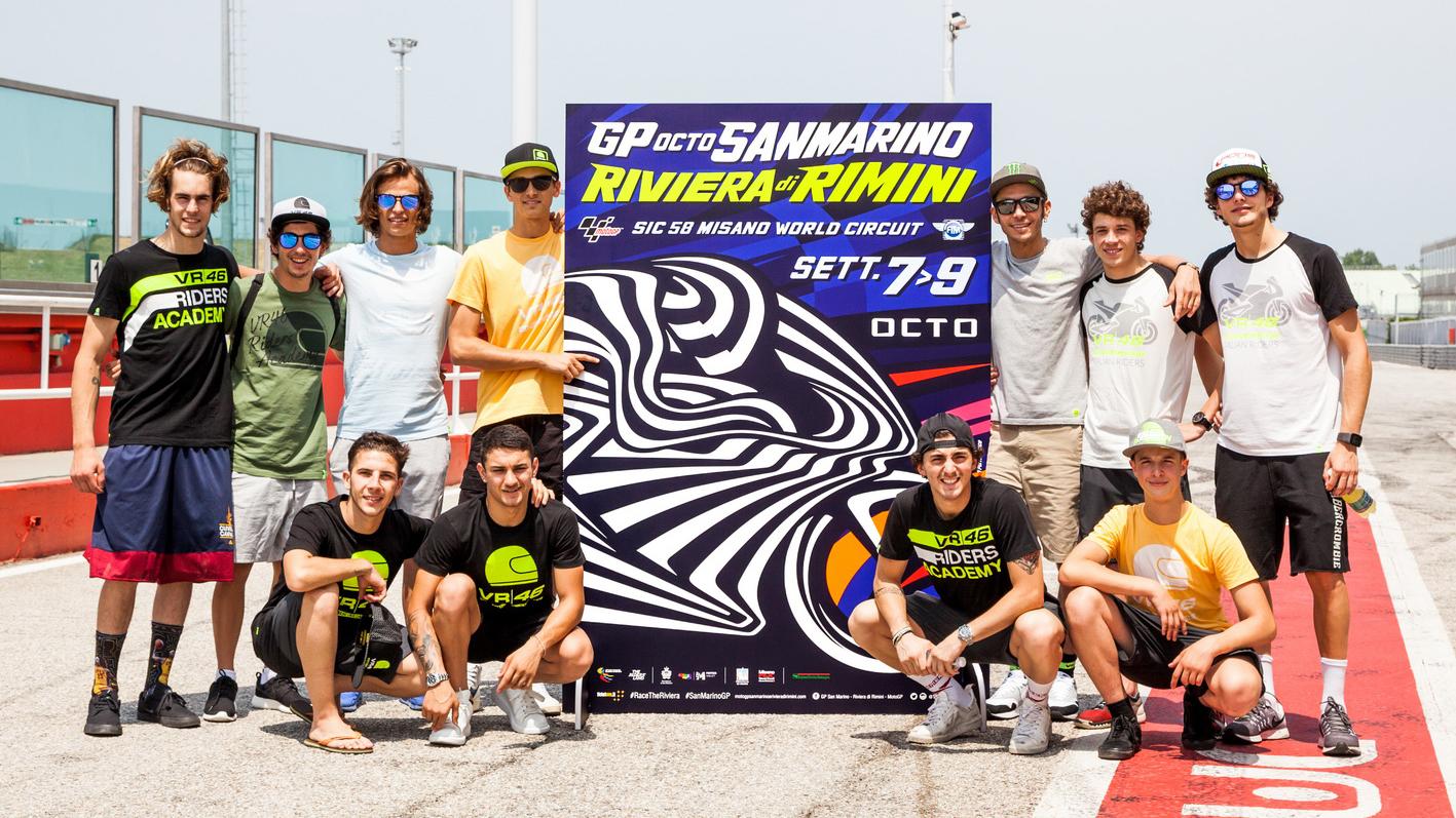 Valentino Rossi e i ragazzi della Riders Academy lanciano il GP della Riviera di Rimini con l'opera realizzata da Aldo Drudi.